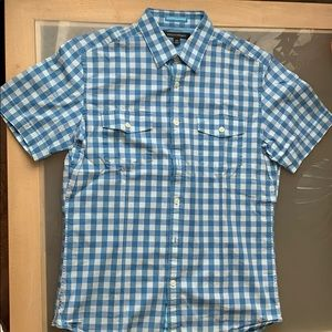 Short sleeved men's plaid shirt